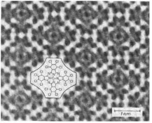 صورة تم التقاطها بالمجهر الإلكتروني لجزيئات   hexa-deca-chloro-copper-phthlocyanin  تم تنميتها على شكل رقاقة بلورية على حامل بلوري من alkali halide . تظهر ذرات الكربون المركزية واضحةً، وكذلك ذرات الكلور الطرفية البالغ عددها 16  في الجزيء الواحد. نقلاً عن الأستاذ أوييدا Uyeda  في جامعة كيوتو Kyoto ، اليابان.
